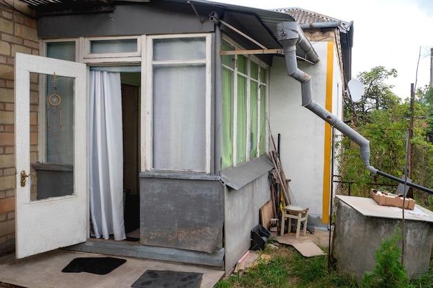 Wejście do typowego domu ubogiej rodziny w europie wschodniej lub przestrzeni postsowieckiej