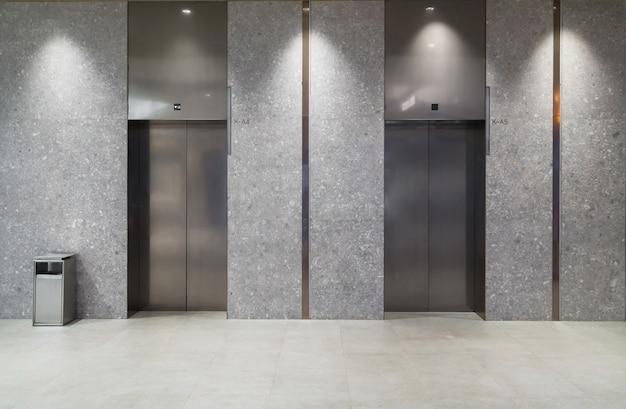 Wejście do windy znajduje się w centrum handlowym