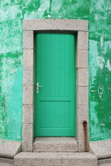 Wejście z starych zabytkowych drzwi