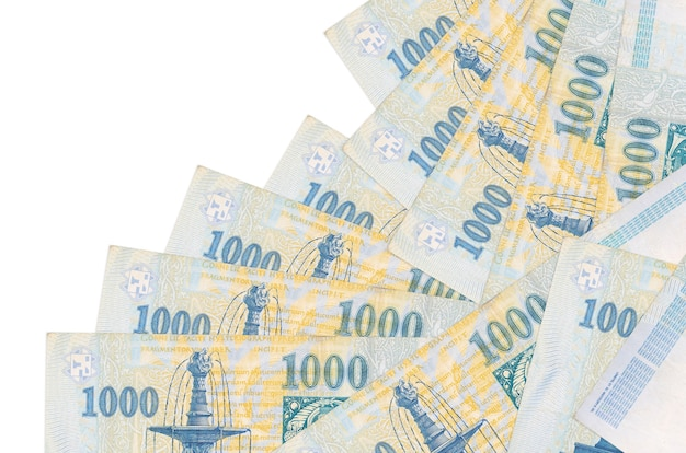 Weksle 1000 forintów węgierskich leży w innej kolejności na białym tle. lokalna bankowość lub koncepcja zarabiania pieniędzy.