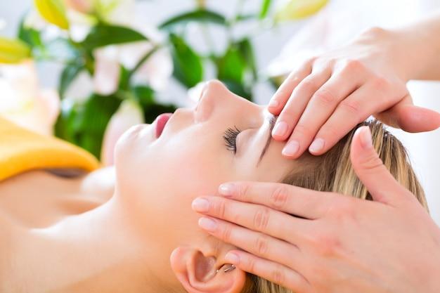 Wellness - kobieta dostaje masaż głowy w spa