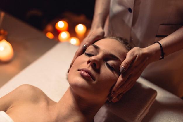 Wellness pojęcie z kobietą w masażu salonie