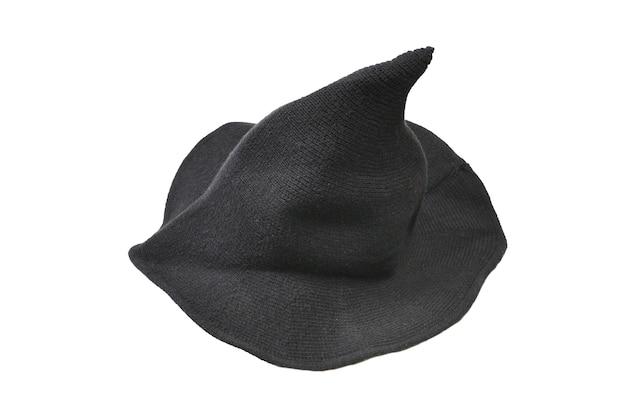 Wełniany kapelusz czarownicy na białym tle. tkanina na halloween.