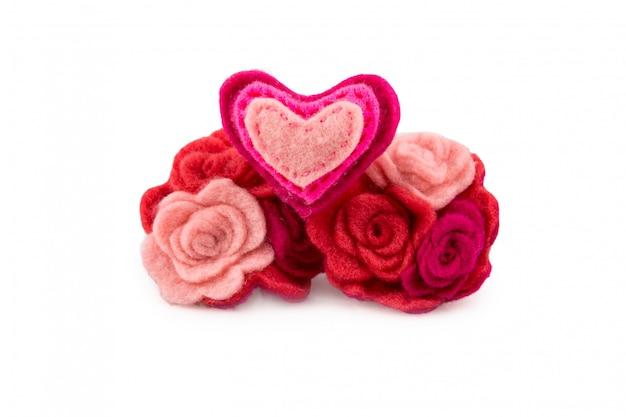 Wełny serce z różowymi i czerwonymi kwiatami na białym tle. walentynki kartkę z życzeniami.