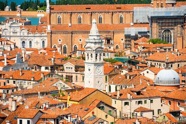 Wenecja dachy z góry. widok z lotu ptaka na domy, morze i pałace z wieży san marco