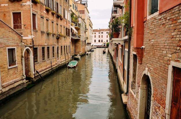 Wenecja, piękne romantyczne włoskie miasto na morzu z wielkim kanałem i gondolami, włochy.