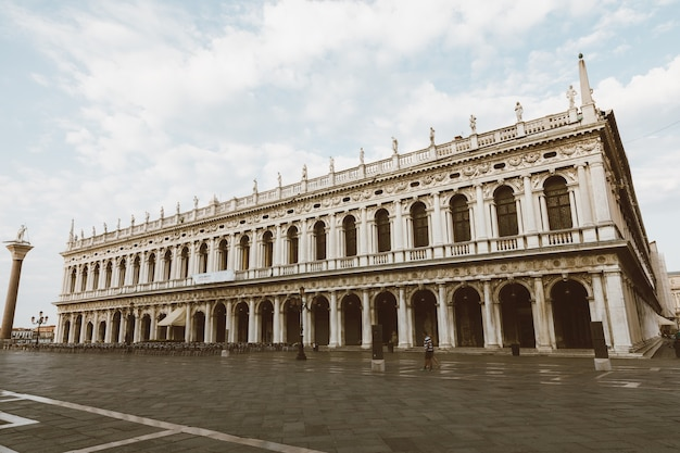 Wenecja, włochy - 1 lipca 2018: panoramiczny widok fasady museo correr i piazza san marco, często znany jako plac świętego marka, jest głównym placem publicznym wenecji