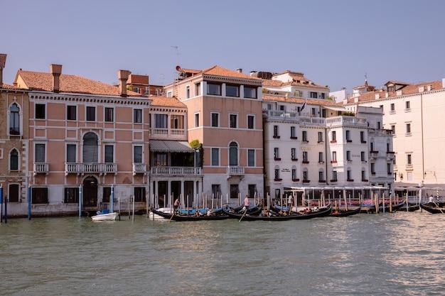 Wenecja, włochy - 1 lipca 2018: panoramiczny widok na canal grande (canal grande) z łodziami aktywnego ruchu. jest to główne korytarze ruchu wodnego w wenecji. krajobraz letniego słonecznego dnia i błękitnego nieba