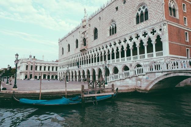 Wenecja, włochy - 1 lipca 2018: panoramiczny widok na pałac dożów (palazzo ducale) to pałac zbudowany w stylu weneckiego gotyku i jedna z głównych atrakcji miasta na piazza san marco