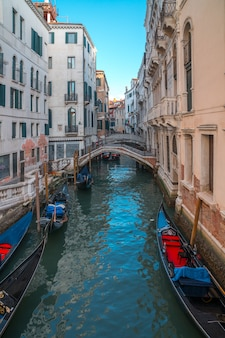Wenecja, włochy - 13.03.2019: kanał wenecki z gondolami i zabytkowymi domami. podróżować.