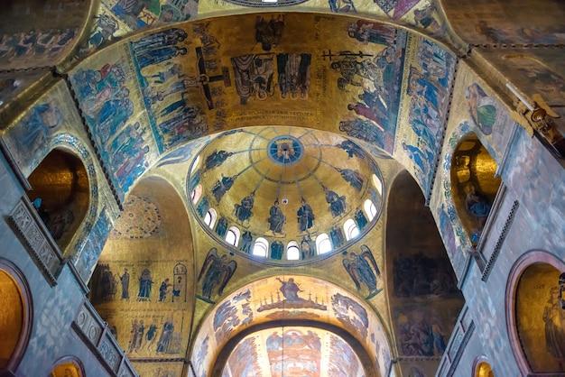 Wenecja, włochy - 15 sierpnia 2014: wnętrze bazyliki san marco w wenecji, włochy