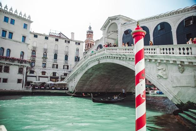 Wenecja, włochy - 25 maja 2019: gondole w pobliżu mostu rialto w okresie letnim