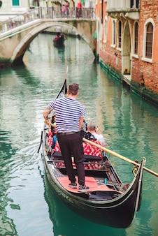 Wenecja, włochy - 25 maja 2019: widok na ruch gondoli w canal singer na letnich wakacjach na łodzi