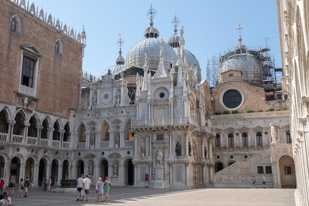 Wenecja, włochy - 30 czerwca 2018: panoramiczny widok na pałac dożów (palazzo ducale) to pałac zbudowany w stylu weneckiego gotyku i jedna z głównych atrakcji miasta na piazza san marco