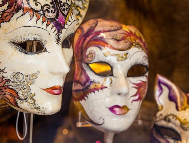 Wenecja, włochy. szczegół oryginalnej i tradycyjnej maski weneckiej.