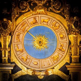 Wenecja, włochy. szczegóły zegara astronomicznego w palazzo ducale