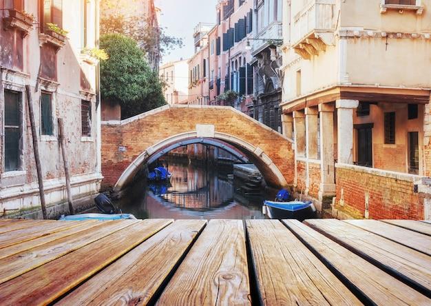 Wenecja, włochy. widok z gondoli podczas jazdy kanałami