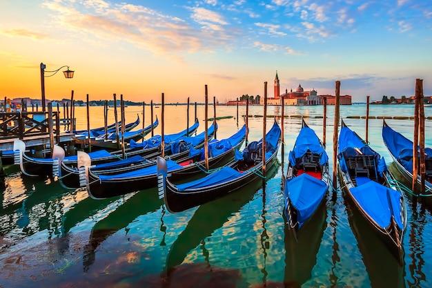 Wenecja ze słynnymi gondolami o wschodzie słońca, włochy