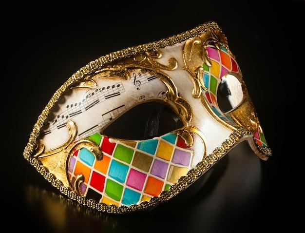 Wenecka maska w stylu arlekina