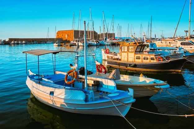 Wenecki fort w heraklionie i zacumowane łodzie rybackie kreta grecja
