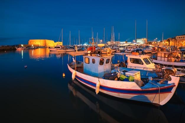 Wenecki fort w heraklionie i zacumowane łodzie rybackie kreta wyspa grecja