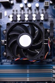 Wentylator komputerowy na płycie głównej i komponentach elektronicznych