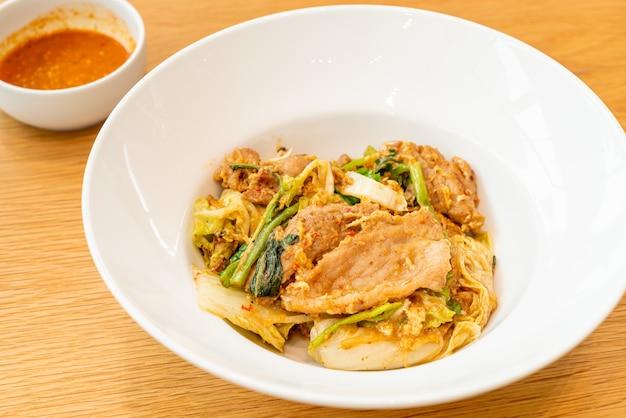 Wermiszel smażony z warzywami i wieprzowiną w sosie sukiyaki