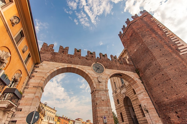 Werona, włochy 10 września 2020: portoni della bra, starożytne i średniowieczne drzwi na placu bra w weronie, włochy