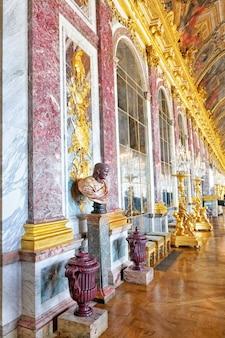Wersal francja - 21 września wewnętrzny zamek, mirrored ballroom versailles, francja na wrzesień 21, 2013. pałac versailles był królewskim pałacem najpiękniejszy pałac we francji i słowie.