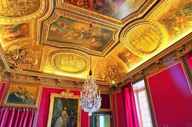 Wersal francja - 21 września wewnętrzny zamek wersal, wersal, francja na wrzesień 21, 2013. pałac wersal był królewskim pałacem najpiękniejszy pałac we francji i słowie.