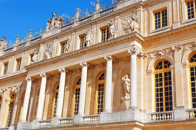 Wersal francja, wrzesień, - 21 główne wejście wersal, francja na wrześniu 21, 2013. pałac wersal był królewskim pałacem najpiękniejszy pałac w francja i słowie.