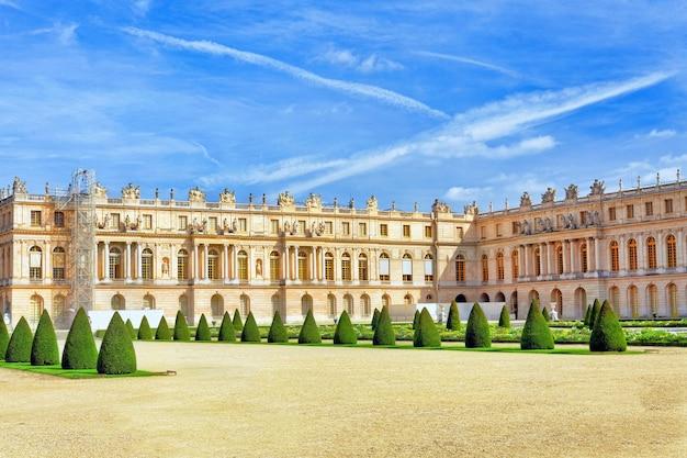 Wersal francja, wrzesień, - 21 tylna strona królewski wersal, francja na wrześniu 21, 2013. pałac wersal był królewskim pałacem najpiękniejszym pałacem we francji i słowie.