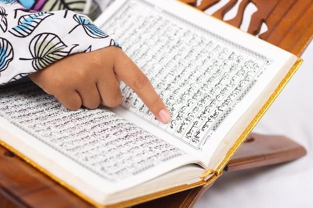 Wersety koranu czytane na białym tle
