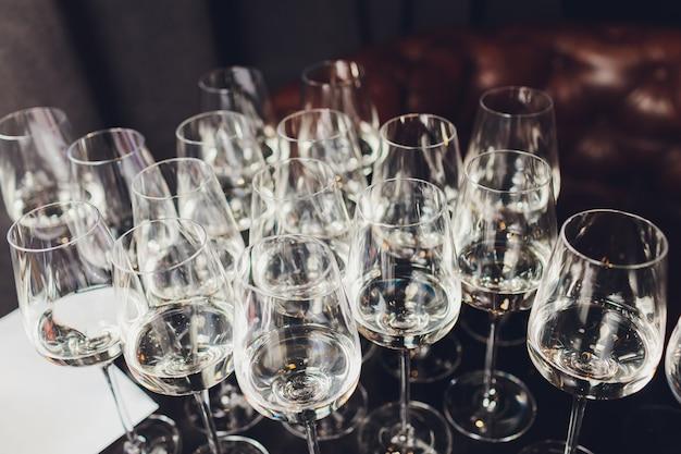 Wesele wystrój, kieliszki do wina i flety szampana na stole