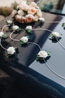 Wesele wystrój, kwiaty i kwiatowy wzór na bankiecie i ceremonii