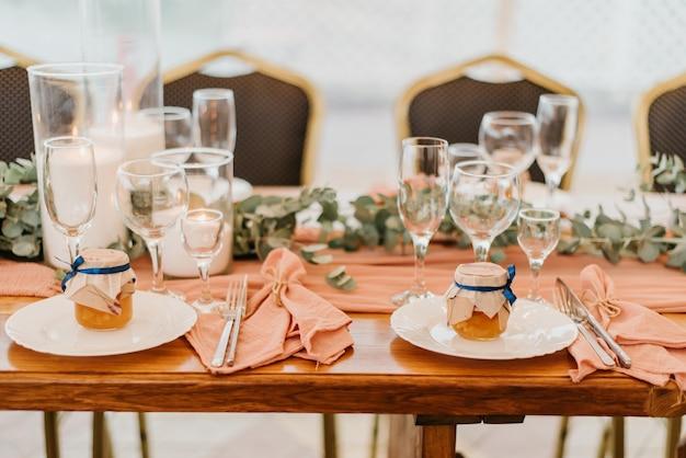 Weselne ustawienie w restauracji ozdobionej kwiatami i świecami