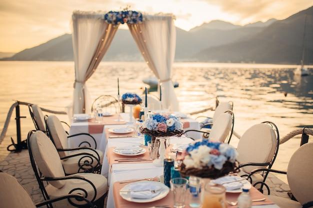 Weselny stół na brzegu