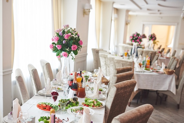 Weselny stół ozdobiony kompozycjami kwiatowymi