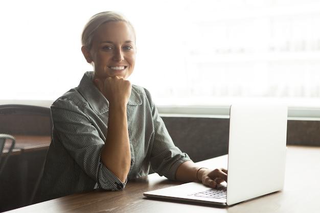 Weso? a m? oda businesswoman pracy na laptopie