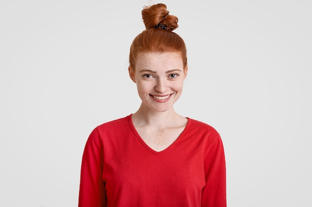 Wesoła atrakcyjna nastolatka z rudymi włosami, piegowatą skórą, w dobrym nastroju, jak randka z chłopakiem