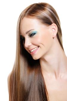 Wesoła bardzo piękna dziewczyna z włosów połysk zdrowia - na białym tle