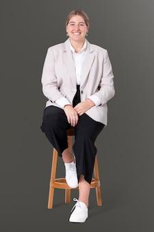 Wesoła bizneswoman siedząca na drewnianym stołku praca i kampania kariery