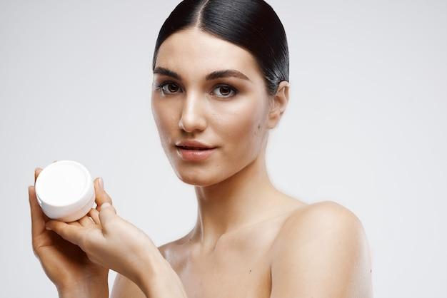 Wesoła brunetka kąpiel z kremową pielęgnacją skóry