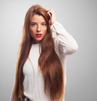 Wesoła brunetka młoda piękna długa