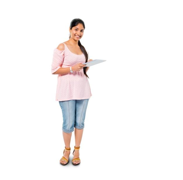 Wesoła, codzienna kobieta trzymająca cyfrowy tablet