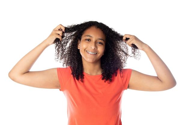 Wesoła czarna studentka z włosami afro na białym tle