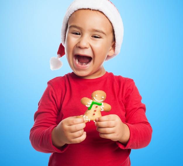Wesoła dziecko trzyma pierniki