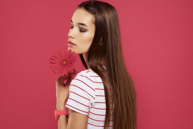 Wesoła dziewczyna brunetka czerwony kwiat moda romans. zdjęcie wysokiej jakości