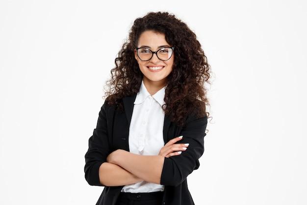 Wesoła dziewczyna kręcone biznes w okularach