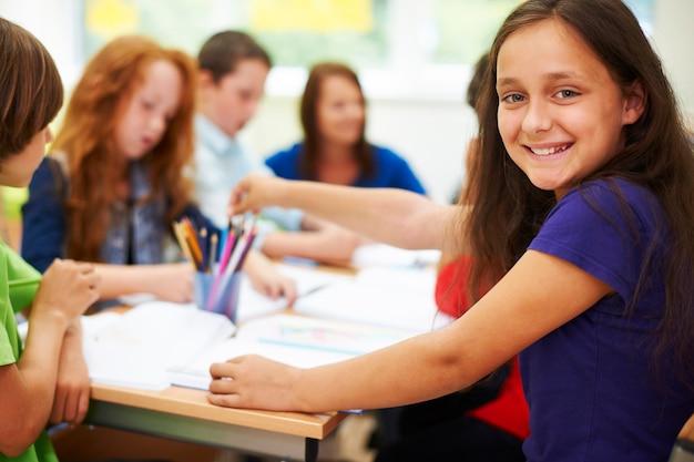 Wesoła dziewczyna podczas lekcji